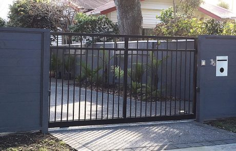 Sliding-gate-closed